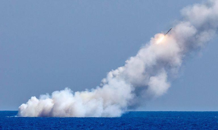 russias-veliky-novgorod-and-kolpino-submarines-fire-the-news-photo-846861822-1546979894 روسیه در حال ساخت موشک کروز هستهای Kalibr-M با برد 3000 مایلی است!