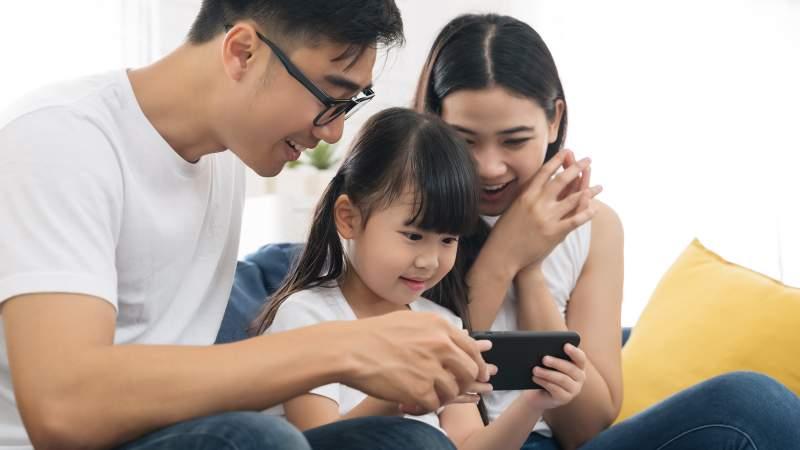 استفاده کودک از گوشی
